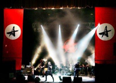 """9 сентября 2003 - В клуб """"Старый Дом"""" (Санкт-Петербург) на съёмки клипа «Небо славян» впервые был принесён флаг: чёрная """"А"""" в белом круге на красном фоне"""