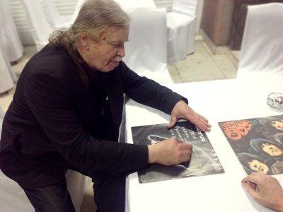 23 ноября 2013 - Андрей Тропилло расписался на пластинке «Энергия» для музея «Реалии Русского Рока»
