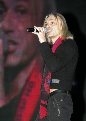 2 февраля 2006 - К.Кинчев вручает членам Футбольной команды ЦСКА Москва шарфы группы Алиса