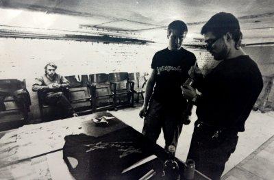 ноябрь 1986 - Андрей Столыпин, Олег Горбачёв и Алексей Кабин изготавливают первые 10 футболок с логотипом Алисы