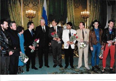 21 апреля 1993 - Б.Н.Ельцин награждает К.Кинчева медалью «Защитник свободной России» за оборону Белого дома в августе 1991 года