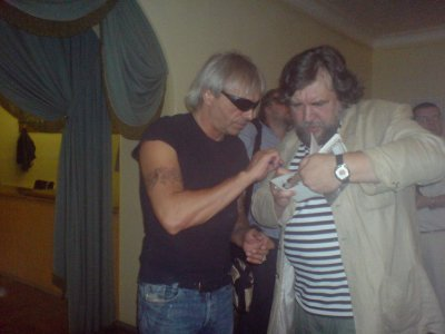 5 июня 2007 - Санкт-Петербург, музей-квартира А.С.Пушкина, вручение премии «Петрополь». К.Е. Кинчев, лауреат премии 2006-го года, вручает премию этого года - Д.А.Ревякину.