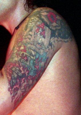 сентябрь 1991 - К. Кинчев набивает себе первую цветную татуировку на левой руке