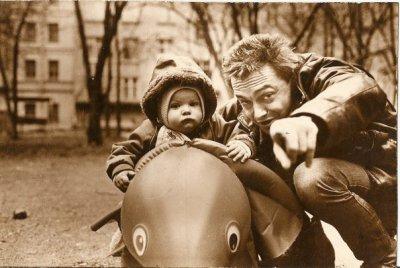 10 октября 1988 - На Васильевском острове (Ленинград) фотограф В.Потапов снимает семью Панфиловых